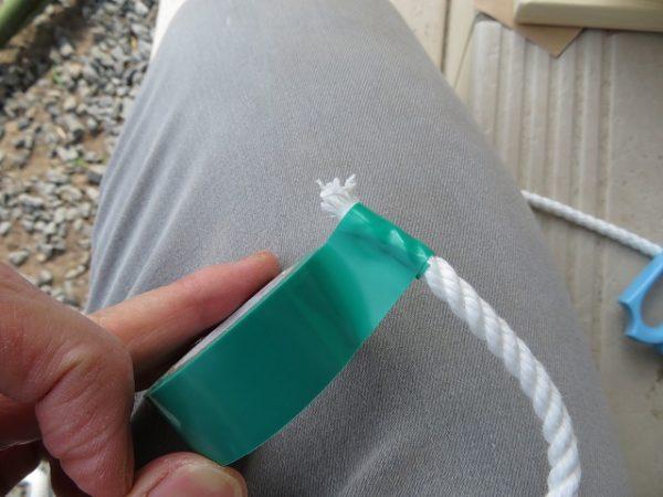 1時間で作れる竹馬 ロープがほどけないようビニールテープを巻いておく