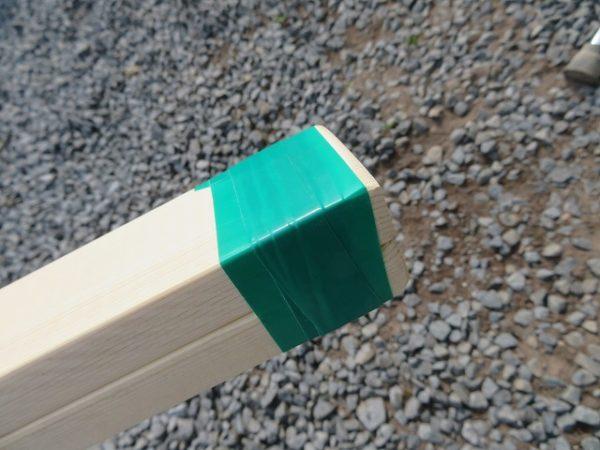 1時間で作れる竹馬のつくり方 足板の片側をビニールテープで固定