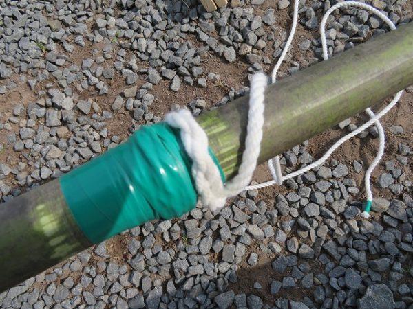 竹馬の足板をロープで固定する