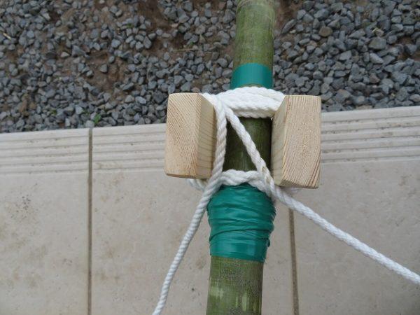 竹馬 足板をロープで固定する