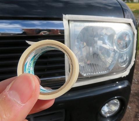 ヘッドライトのまわりにマスキングテープを貼る