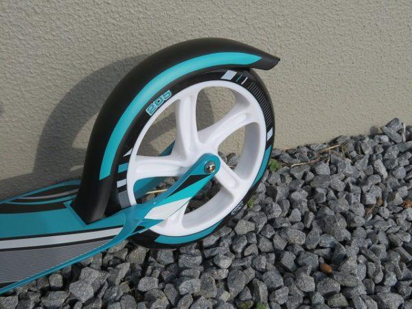 キックスケーターの多くは摩擦式フットブレーキです