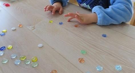 おはじき遊びは子どもから大人まで楽しむことができます