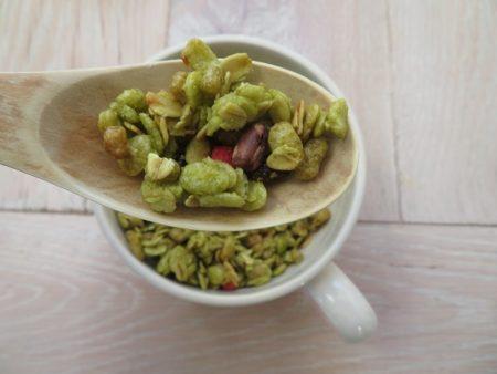 フルグラ抹茶あずき味の具材には小豆、イチゴ、レーズンが入っています