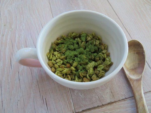 抹茶あずき味のグラノーラに粉末抹茶をかけた