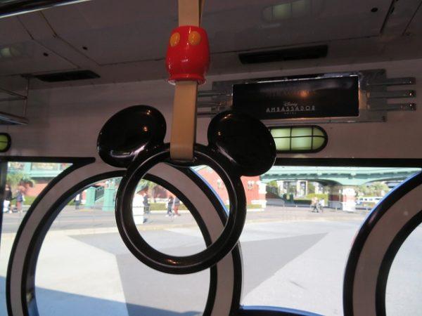 リゾートクルーザーの吊り輪はミッキー型です