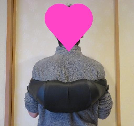 NAIPO3Dネック&ショルダーマッサージャーを肩甲骨に使用した様子